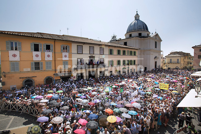 Faithful gathered in the Castel Gandolfo square wait for the arrive of Pope Francis on july 14, 2013