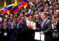 BOGOTA -COLOMBIA-25-AGOSTO-2016 .El presidente de Colombia Juan Manuel Santos entregó el paquete de acuerdos con las FARC  al senador Mauricio Lizcano en la plaza de Rafael Núnez del Capitolio Naciona.l ./ .The President of Colombia Juan Manuel Santos delivered the package of agreements with the FARC Senator Mauricio Lizcano in the Plaza de Rafael Nunez National Capitol . Photo: VizzorImage / Felipe Caicedo  / Staff