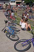 """BUENOS AIRES, ARGENTINA,  03 FEVEREIRO 2013 - CICLISMO MASSA CRITICA - Ciclistas realizam ato chamado """"Massa Critica"""" o primeiro domingo de cada mes se reunem em frente ao obelisco na regiao central de Buenos Aires. O encontro tem como objetivo concientizar sobre os problemas de segurança para os ciclistas, promovendo meios """"verdes"""" e silencioso de transporte. Em Buenos Aires na capital da Argentina neste domingo, 03. (FOTO: PATRICIO MURPHY / BRAZIL PHOTO PRESS)."""