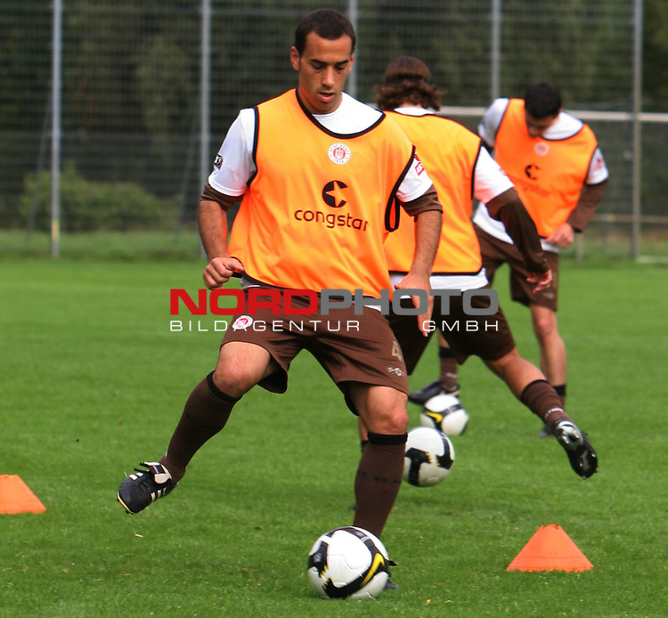 2.Liga FBL 2008/2009  Training FC St.Pauli <br /> <br /> Kapit&auml;n Fabio Morena (Nr.4) im Training am Ball.<br /> <br /> <br /> <br /> Foto &copy; nph (nordphoto)<br /> <br /> *** Local Caption ***