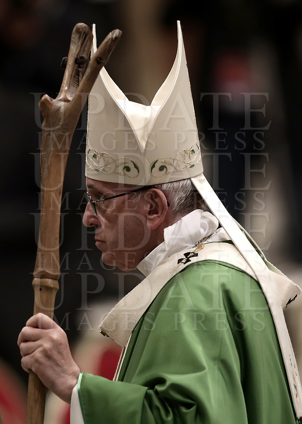 Papa Francesco lascia la Basilica di San Pietro dopo aver celebrato la Messa di chiusura del Sinodo dei Vescovi nella Basilica di San Pietro, Città del Vaticano, 28 ottobre 2018.<br /> Pope Francis leaves at the end of the Mass for the closing of the synod of bishops in St. Peter's Basilica at the Vatican, on October 28, 2018.<br /> UPDATE IMAGES PRESS/Isabella Bonotto<br /> <br /> STRICTLY ONLY FOR EDITORIAL USE