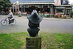 Nederland, Grolloo, 27-09-2011  Een dag na het overlijden van Harry Muskee de frontman van de bluesband Cuby and the Blizzards . Bij het standbeeld van Harry midden in het dorp Grolloo ligt een bloemetje van een fan.  Op de achtergrond cafe restaturant Hofsteenge.A day after the death of Harry Muskee the frontman of the blues band Cuby and the Blizzards. Flowers from a fan next to the statue of this Dutch blues legend.FOTO: Gerard Til