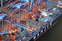Containerverladung eines Schiffs der Reederei Hanjin beim Eurogate: EUROPA, DEUTSCHLAND, HAMBURG, (EUROPE, GERMANY), 02.01.2009 Der EUROGATE Containerterminal Hamburg liegt Zentral im Waltershofer Hafen, mit direkter Anbindung an die Autobahn A7. An 365 Tagen im Jahr werden hier an sechs Gro&szlig;schiff-Liegeplaetzen rund um die Uhr Containerschiffe abgefertigt. Hierfuer stehen 23 Containerbruecken (davon 19 Post-Panmax) und mehr als 140 Van Carrier zur Verfuegung.<br /> Mit einem Umschlag von 2,7 Mio. TEU in 2008 gilt der EUROGATE Container Terminal Hamburg als die zweitgroesste Umschlagsanlage der EUROGATE-Gruppe in Deutschland.<br /> Containerverladung eines Schiffs der Reederei Hanjin beim Eurogate