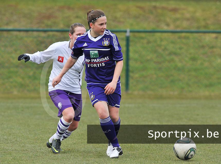 RSC Anderlecht Dames - Beerschot : Taika De Koker aan de bal voor Marte Van De Wouw.foto DAVID CATRY / Vrouwenteam.be