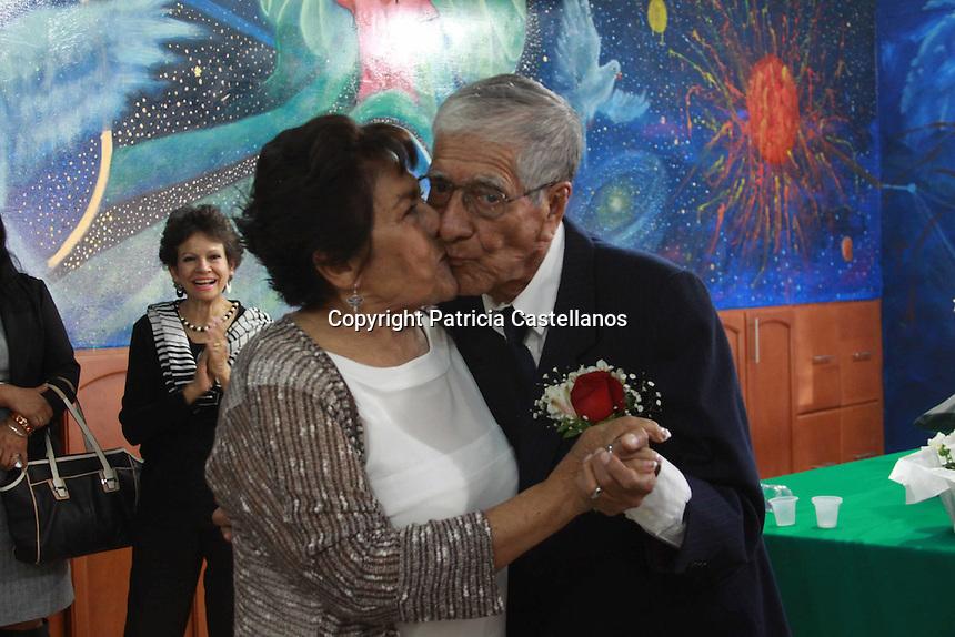 Oaxaca de Ju&aacute;rez, Oax. 12/02/2016.- Enmarcado por el mes del &ldquo;Amor&rdquo;, y teniendo la &ldquo;Casa Hogar Municipal del Adulto Mayor&rdquo; como sede de su uni&oacute;n matrimonial, Estela Torres Huerta de 76 a&ntilde;os, y Daniel Rafael Figueroa Morales de 78 a&ntilde;os de edad, contrajeron nupcias este viernes, compartiendo este d&iacute;a con sus seres queridos, medios de comunicaci&oacute;n, as&iacute; como sus leales compa&ntilde;eros del asilo de ancianos donde viven desde hace alg&uacute;n tiempo.<br /> <br />  <br /> <br /> Con una ceremonia muy emotiva, Estela y Daniel unieron sus vidas ante la ley, y disfrutaron de una celebraci&oacute;n digna de su amor, en la cual se realizaron los tradicionales rituales que se efect&uacute;an en las bodas mexicanas, tales como: el lanzamiento del ramo, la partida de pastel, la v&iacute;bora de la mar, entre otros.<br /> <br /> <br /> As&iacute; mismo, abrieron pista en el comedor de la &ldquo;Casa Hogar Municipal del Adulto Mayor&rdquo;, donde efectuaron su primer baile como marido y mujer a ritmo de la m&uacute;sica interpretada por un organista, para posteriormente efectuar esta danza con sus dem&aacute;s familiares y amigos.<br /> <br />  <br /> <br /> Durante este evento emotivo, hiso acto de presencia la presidenta honoraria del Sistema DIF de Oaxaca de Ju&aacute;rez, Ver&oacute;nica Quevedo de Villaca&ntilde;a, as&iacute; como el director de la estancia, quienes felicitaron a los novios y compartieron con ellos este momento &uacute;nico en sus vidas, el cual a pesar de sus edades decidieron realizar para comprometerse en nupcias.