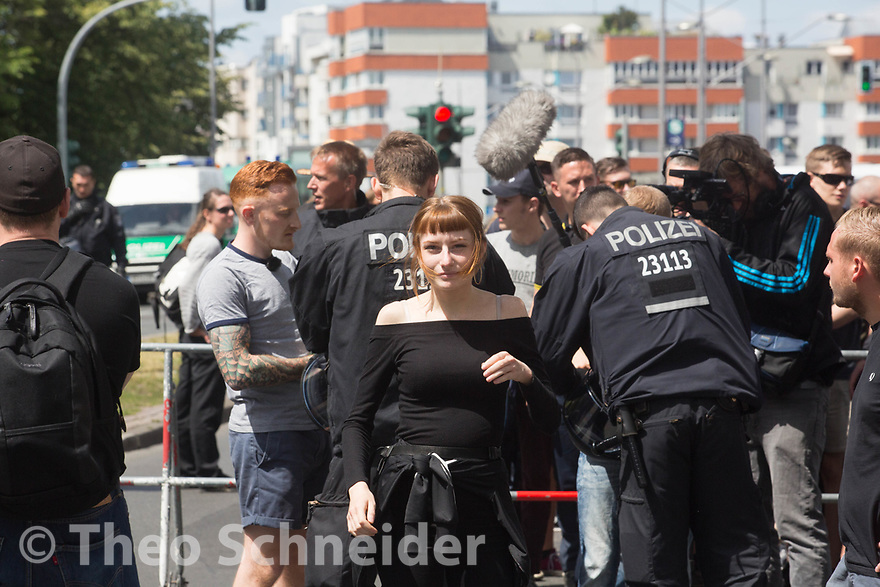 """Anhänger der """"Kontrakultur Halle"""", Melanie Schmitz und Michael Müller // Der Aufmarsch einiger hundert Anhänger der Identitären Bewegung wurde in Berlin blockiert. Die Rechten mussten nach weniger als einem Kilometer wieder umkehren."""