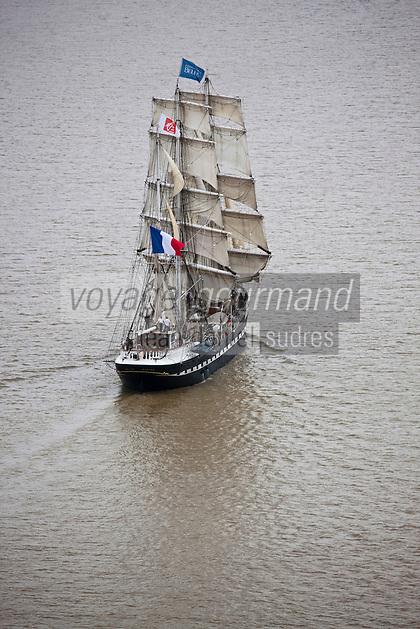 Europe/France/Aquitaine/33/Gironde/Env de Cussac-Fort-Médoc: Vue aérienne  du Belem sur l'Estuaire de la Gironde