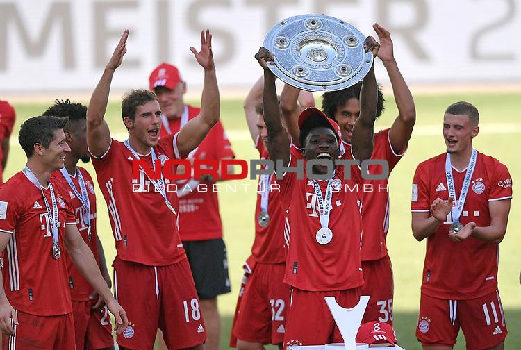 27.06.2020, Fussball: nph00001 1. Bundesliga 2019/2020, 34. Spieltag, VfL Wolfsburg - FC Bayern Muenchen, in der Volkswagen-Arena Wolfsburg. Siegerehrung nach dem Spiel: Der FC Bayern MŸnchen feiert den Gewinn der 30. Deutschen Meisterschaft. Alphonso Davies (mi., Bayern MŸnchen) mit der Schale<br /><br />Foto: Bernd Feil/M.i.S./ /Pool/nordphoto<br /><br />Nur fŸr journalistische Zwecke! Only for editorial use! <br /><br />GemŠ§ den Vorgaben der DFL Deutsche Fussball: nph00001 Liga ist es untersagt, in dem Stadion und/oder vom Spiel angefertigte Fotoaufnahmen in Form von Sequenzbildern und/oder videoŠhnlichen Fotostrecken zu verwerten bzw. verwerten zu lassen. DFL regulations prohibit any use of photographs as image sequences and/or quasi-video.    <br /><br />National and international NewsAgencies OUT.