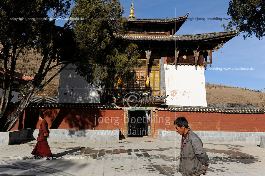 CHINA Yunnan, Yongningxiang, buddhist Lama Temple, this region is home of the ethnic minority Mosuo who are buddhist, tibetian monk / CHINA Yunnan, Yongningxiang, buddhistischer Lama Tempel, diese Region ist Heimat der ethnischen Minderheit Mosuo, die Mosuo sind Buddhisten, tibetischer Moench