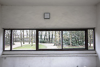 Poissy- Le Corbusier Villa Savoye, finestra orizzontale, vista su alberi