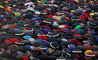 Folla di fedeli sotto gli ombrelli in Piazza San Pietro durante il secondo giorno del Conclave per l'elezione del nuovo Papa della Chiesa Cattolica Romana, Citta' del Vaticano, 13 marzo 2013. .Faithful take shelter under umbrellas as they gather Saint Peter Square during the second day of the Conclave for the election of the new Pope of the Roman Catholic Church, at the Vatican, 13 March 2013..UPDATE IMAGES PRESS/Isabella Bonotto.---STRICTLY EDITORIAL USE ONLY--- -STRICTLY FOR EDITORIAL USE ONLY-