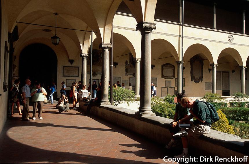 Kirche San Lorenzo, Touristen im Kreuzgang, Florenz, Toskana, Italien