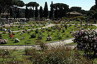 Il Roseto Comunale si affaccia sul Circo Massimo. In un'area di circa 10.000 metri quadrati si trovano circa 1.100 diverse specie di rose. Il parco è aperto al pubblico da maggio. Nel 1950 il comune, con il consenso della comunità ebraica, decise di ricreare il roseto nell'area attuale, che aveva ospitato dal 1645 il cimitero ebraico, spostato nel 1934 in un settore del cimitero del Verano. .Municipal rose garden is near Circo Massimo. In an area of 10,000 square meters are located about 1,100 different species of roses. The park is open to the public by May. In this place since 1645 was the Jewish cemetery. .In 1934 he was moved to an area of the cemetery of Verano. .After the war, in 1950 the town, with the consent of the Jewish community, decided to recreate the rose garden. ...
