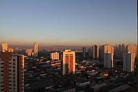 SÃO PAULO,SP, 07/02/2012, CLIMA TEMPO BAIXA UMIDADE.<br /> <br /> A manhã dessa Terça-feira começou com céu aberto e temperatura em rápida elevação, a previsão é que hoje os termometros superem os 33ºC, ontem a capital entrou em estado de atenção devido a baixa umidade, fato esse que deve ocorreu novamente, já que não há previsão de chuva.<br /> <br /> Luiz Guarnieri/ News Free