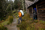 Ducan hut buitl in 1910 by hunters, one of the oldest hut of the track..Arrivée à Ducane Hut, construite en 1910 par des trappeurs, l'un des refuges les plus anciens du trek