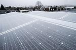 Nederland, Utrecht, 23-01-2015 Zonnepanelen bedekt met rijp na een nacht vorst met een hoge lichtvochtigheid.  Een zonnepaneel of fotovoltaïsch paneel, kortweg pv-paneel is een paneel dat zonne-energie omzet in elektriciteit. Solar panels covered with ice. FOTO: GerardTil / Hollandse Hoogte
