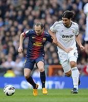 FUSSBALL  INTERNATIONAL  PRIMERA DIVISION  SAISON 2012/2013   26. Spieltag  El Clasico   Real Madrid  - FC Barcelona        02.03.2013 Andres Iniesta (li, Barca) gegen Sami Khedira (Real Madrid)
