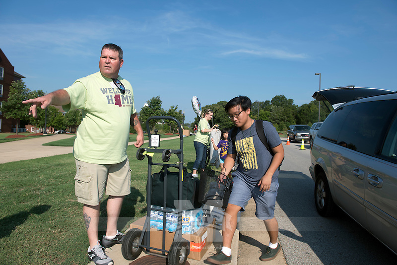 MVNU2MSU 2016. Move in action at Griffis Hall. <br /> (photo by Beth Wynn / &copy; Mississippi State University)