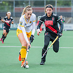 AMSTELVEEN -  Joy Haarman (Adam) met Sanne Koolen (DenBosch)      tijdens de hoofdklasse hockeywedstrijd dames,  Amsterdam-Den Bosch (1-1).   COPYRIGHT KOEN SUYK