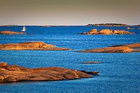 Segelbåt vid låga skär i ytterskärgården vid Kallskär i Stockholms skärgård/ Sail boat in Stockholm archipelago Sweden
