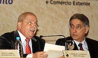 RIO DE JANEIRO, RJ, 03 MAIO 2012 - ENCONTRO BRASIL X AFRICA - O ex-presidente Lula O ex-presidente Luiz Inácio Lula da Silva (e) e o ministro do Desenvolvimento, Indústria e Comércio Exterior, Fernando Pimentel, durante o seminário sobre cooperação do Brasil com a África, que marcou o início da comemoração dos 60 anos do BNDES, no Rio de Janeiro, nesta quinta-feira - FOTO: GUTO MAIA - BRAZIL PHOTO PRESS.