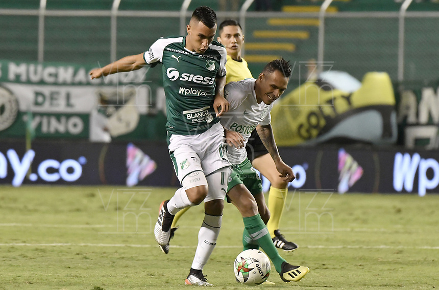 PALMIRA - COLOMBIA, 26-05-2019: Christian Rivera del Cali disputa el balón con Aldo Leao Ramirez de Nacional durante partido entre Deportivo Cali y Atlético Nacional por la fecha 4, cuadrangulares semifinales, de la Liga Águila I 2019 jugado en el estadio Deportivo Cali de la ciudad de Palmira. / Christian Rivera of Cali vies for the ball with Aldo Leao Ramirez of Nacional during match between Deportivo Cali and Atletico Nacional for the date 4, semifinal quadrangulars, as part Aguila League I 2019 played at Deportivo Cali stadium in Palmira city.  Photo: VizzorImage / Gabriel Aponte / Staff