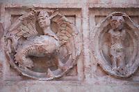 Battistero di Parma , commissionato a Benedetto Antelami, costruito tra il 1196 e il 1270 , in marmo rosa di Verona, decorazioni esterne in rilievo con elementi fantastici