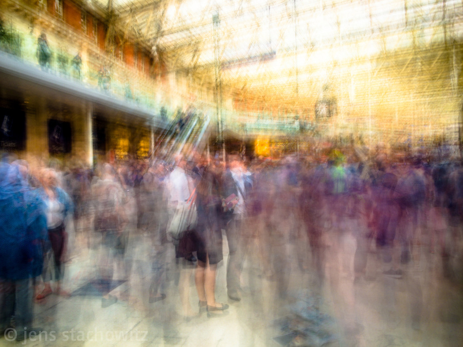 Travelers within Liverpool Street Station | Reisende in der Liverpool Street Station