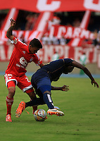 CALI - COLOMBIA -30-09-2015: Johnny Mena (Der.) jugador de Depor FC disputa el balón con Stiven Rivera (Izq.) jugador de America durante  partido Depor FC y America de Cali, por la fecha 8 del Torneo Aguila II 2015 en el estadio Pascual Guerrero de la ciudad de Cali. / Johnny Mena (R) player of Depor FC fights for the ball with Stiven Rivera (L) player of America during a match between Depor FC and America de Cali, for the date 8 of the Torneo Aguila II 2015 at the Pascual Guerrero stadium in Cali city. Photo: VizzorImage / Juan C Quintero / Cont.