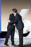 Ricardo Darin  gives de award to Dustin Hoffman, special price of San Sebastian Film Festival