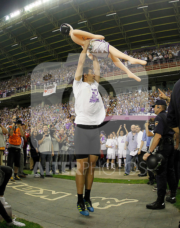 Real Valladolid's Dani Hernandez celebrates with an inflatable doll promotion to the first division of Spanish football.June 16,2012. (ALTERPHOTOS/Acero)