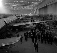 Hangar de l'aéroport Toulouse-Blagnac. Le 2 et 3 février 1962. Vue de Michel Debré, Louis Bazerque et du préfet Morin en visite dans un hangar de Caravelles.