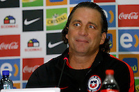 BARRANQUILLA - COLOMBIA -09-11-2016: Juan Pizzi, técnico de la Selección de Chile gesticula durante rueda prensa en Barranquilla. Chile se prepara para el próximo partido contra la seleccion de Colombia para la calificificacion a la Copa Mundo FIFA Rusia 2018. / Juan Pizzi, coach of Chile Team gestures during a press conference in Barranquilla. The Chile Team preparing for the next game against Colombia team for the qualifier to FIFA World Cup Russia 2018. Photos: VizzorImage /  Andres Piña / Cont / Photosport.