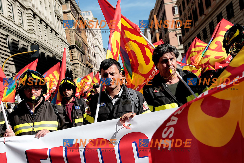 Vigili del fuoco<br /> Roma 18-10-2013 Manifestazione dei sindacati di base USB e COBAS in occasione dello sciopero nazionale dei lavoratori.<br /> Strike and demonstration of the Left Trade Unions<br /> Photo Samantha Zucchi Insidefoto