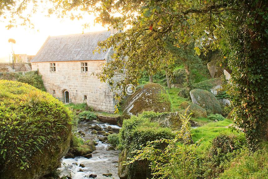 France, Finistère (29), Huelgoat,  en bordure de la forêt, le moulin du Chaos (1339) et la rivière d'Argent // France, Finistère, Huelgoat, the mill of Chaos on the Argent River