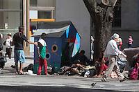 SAO PAULO, SP, 21 AGOSTO 2012 - CENA DO COTIDIANO - Morador de rua é visto na tarde desta terça-feira(21) varrendo o calçadão da Praça Patriarca ao lado de uma lixeira para material reciclavel em formato de casa região central de São Paulo. (FOTO: AMAURI NEHN / BRAZIL PHOTO PRESS).