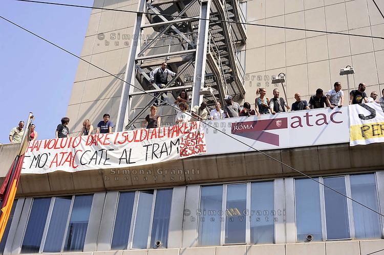 Roma, 27 Maggio 2011.Via Prenestina 41.I movimenti per il diritto all'abitare hanno occupato la sede Atac di via Prenestina contro la svendita del patrimonio immobiliare dell'Atac ai privati