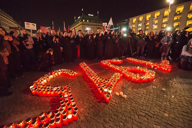Gedenken an Voelkermord an Armeniern durch die Tuerkei im Jahre 1915.<br /> Am Donnerstag den 23. April 2015, dem Vorabend des 100. Jahrestages des Beginn des Voelkermordes an Armeniern durch die Tuerkei, versammelten sich in Berlin weit ueber 1.000 Menschen zu einem Trauermarsch vom Berliner Dom zum Brandenburger Tor. Am Brandenburger Tor wurde mir Grabkerzen die Jahreszahl 1915 gebildet.<br /> Bei einem Gedenkgottesdienst im Berliner Dom hatte zuvor der Bundespraesident Joachim Gauck das Verbrechen ausdruecklich als Voelkermord bezeichnet. Dies war das erste Mal, dass dies von Seiten der offiziellen Politik geschah.<br /> 23.4.2015, Berlin<br /> Copyright: Christian-Ditsch.de<br /> [Inhaltsveraendernde Manipulation des Fotos nur nach ausdruecklicher Genehmigung des Fotografen. Vereinbarungen ueber Abtretung von Persoenlichkeitsrechten/Model Release der abgebildeten Person/Personen liegen nicht vor. NO MODEL RELEASE! Nur fuer Redaktionelle Zwecke. Don't publish without copyright Christian-Ditsch.de, Veroeffentlichung nur mit Fotografennennung, sowie gegen Honorar, MwSt. und Beleg. Konto: I N G - D i B a, IBAN DE58500105175400192269, BIC INGDDEFFXXX, Kontakt: post@christian-ditsch.de<br /> Bei der Bearbeitung der Dateiinformationen darf die Urheberkennzeichnung in den EXIF- und  IPTC-Daten nicht entfernt werden, diese sind in digitalen Medien nach &sect;95c UrhG rechtlich geschuetzt. Der Urhebervermerk wird gemaess &sect;13 UrhG verlangt.]