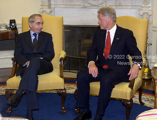 United States President Bill Clinton meets Prime Minister Guiliano Amato of Italy in the Oval Office of the White House in Washington, D.C. on September 20, 2000..Credit: Ron Sachs / CNP