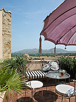Being situated on the top of a hill, the house and its roof terrace have panoramic views over the Catalonian countryside