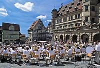 Deutschland, Bayern, Franken, Rothenburg ob der Tauber: Jugend-Blasorchester auf dem Marktplatz | Germany, Bavaria, Franconia,