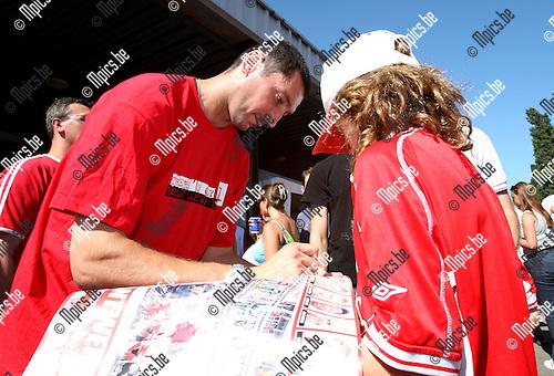 2007-08-05 / Voetbal / Fandag Antwerp FC / Doelman Ristovic maakt een jonge fan blij met een handtekening
