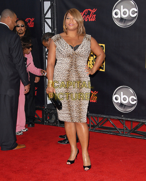 QUEEN LATIFAH.At The 35th Annual American Music Awards held at The Nokia Theatre in Los Angeles, California, USA, .November 18, 2006..full length leopard print dress hand on hip.CAP/DVS.©Debbie VanStory/Capital Pictures
