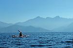 Descente des côtes corses (calanques de Piana vers Porto ). Raid de 10 jours en kayak  de mer en bivouaquant sur les plages. Corse (côte ouest). France.