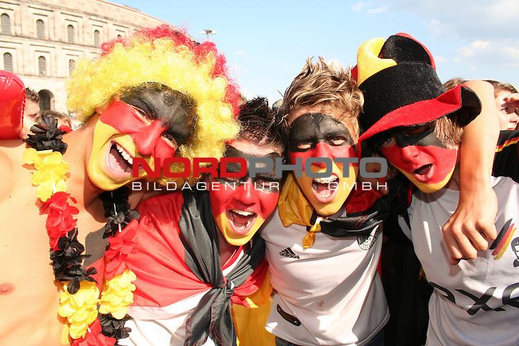 FIFA WM 2006 -  Fan Fest Nuernberg<br /> (Volksfestplatz)<br /> <br /> Viertelfinale: Deutschland - Argentinien<br /> <br /> 4 Deutsche Fans im gesicht in den Landesfarben geschminkt. *** Local Caption ***
