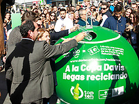 'Top ten for the world' is that from today until November 6, those who deposit ten glass or plastic bottles in the containers enabled for this purpose in Callao Square will receive a ticket to witness the Davis Cup, which begins in Madrid on November 18<br /> Nieves Rey, Borja Martiarena, Gerard Pique and Albert Costa