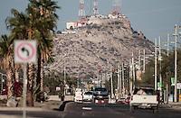 Carretera 26 en la coloni las Minitas con vista al oriente y el Cerro de la Campana