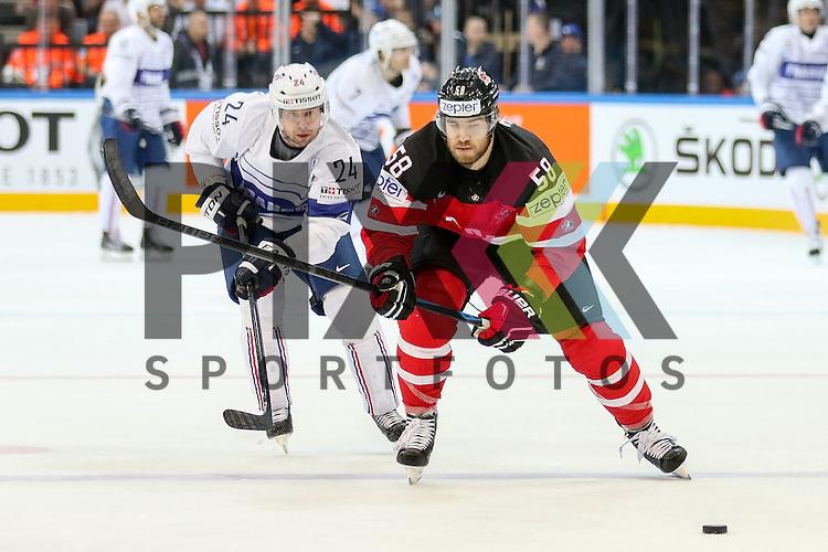 Frankreichs Desrosiers, Julien (Nr.24) im Zweikampf mit Canadas Savard, David (Nr.58) im Spiel IIHF WC15 France vs Canada.<br /> <br /> Foto &copy; P-I-X.org *** Foto ist honorarpflichtig! *** Auf Anfrage in hoeherer Qualitaet/Aufloesung. Belegexemplar erbeten. Veroeffentlichung ausschliesslich fuer journalistisch-publizistische Zwecke. For editorial use only.