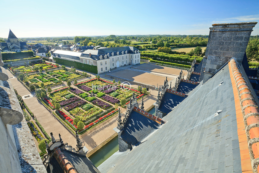 France, Jardins du château de Villandry, vu sur les toits du château et les jardins depuis le donjon // France, Gardens of Villandry castle, seen on the roofs of the castle and the gardens from the dungeon.