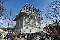 GERMANY Hamburg, IBA exhibition, an old war bunker is changed into an renewable energy project, installation of solar panels and solar collector / DEUTSCHLAND  Hamburg, Energiebunker Wilhelmsburg , IBA Projekt, Energieerzeugung aus Solarenergie, Biogas, Holzhackschnitzeln und Abwaerme aus einem benachbarten Industriebetrieb, der Energiebunker soll einen Teil des Reiherstiegviertels mit Waerme versorgen und gleichzeitig erneuerbaren Strom in das Stromnetz einspeisen. Der Energiebunker soll circa 22.500 MWh Waerme und fast 3.000 MWh Strom erzeugen. Das entspricht dem Waermebedarf von circa 3.000 Haushalten und dem Strombedarf von etwa 1.000 Haushalten, Montage der Solon PV Module an der Suedseite des ehemaligen Flakbunkers, auf dem Dach wurde von Ritter XL Solar Deutschlands groesste VakuumroehrenkollektorenAnlage zur Warmwassererzeugung installiert - MORE PICTURES ON THIS SUBJECT AVAILABLE!!